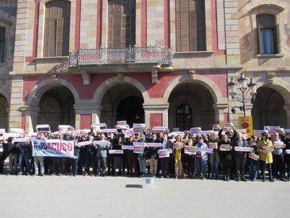 Un grup de treballadors i diputats del Parlament protesten pel judici a l'1-O