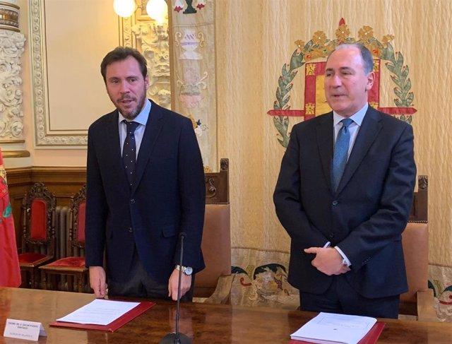 El alcalde de Valladolid, Óscar Puente, junto al concejal de Hacienda, Antonio G