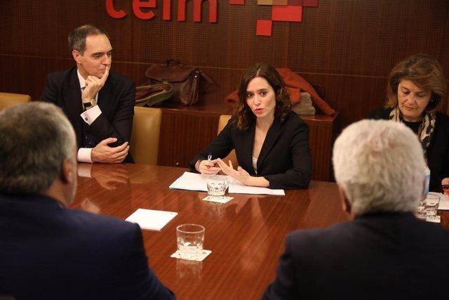 La candidata del PP Isabel Díaz Ayuso se reúne con los representantes de la escu