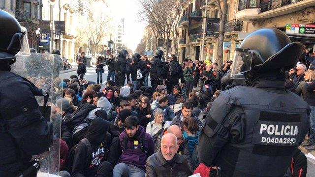 Protesta contra el juicio del 1-O frente a la Fiscalía Superior de Catalunya.