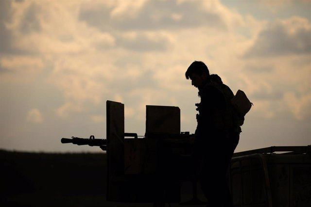 Un miembro de las Fuerzas Democráticas Sirias cerca de Baghouz