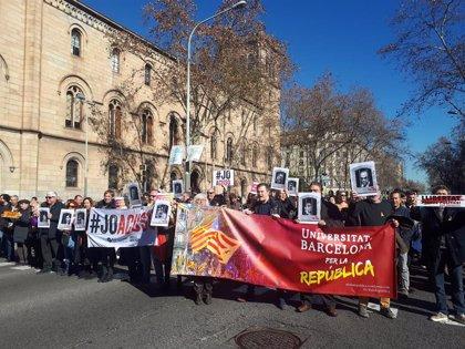 Professors i alumnes de la UB tallen la Gran Via en suport als dirigents sobiranistes