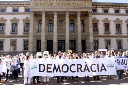 """JUDICI 1-O:Vergés se suma a una protesta de professionals del Clínic pel judici de l'1-O i denuncia que es processa la """"democràcia"""""""