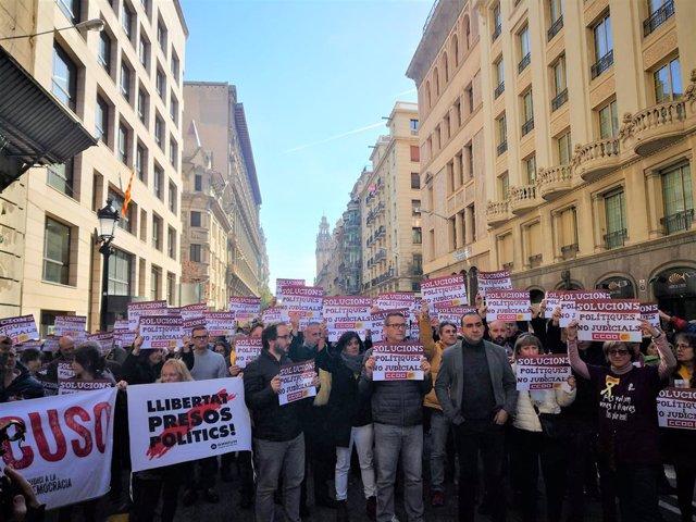 Membres de CCOO De Catalunya tallen la Via Laietana de Barcelona davant la seva