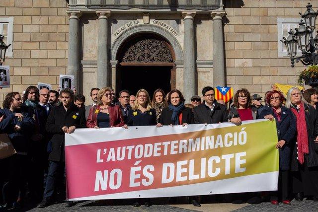 Elsa Artadi, Ada Colau i Gerardo Pisarello en una concentració a la plaça de San