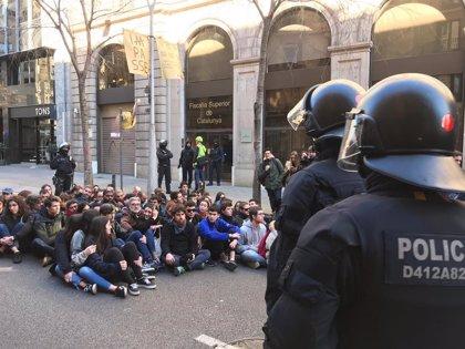 Els Mossos desallotgen Carles Riera (CUP) de la protesta dels CDR davant de la Fiscalia
