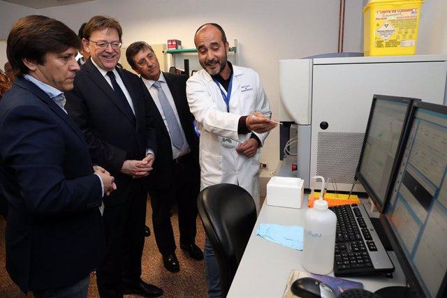 Ximo Puig atiende las explicaciones en el Instituto de Neurociencias.