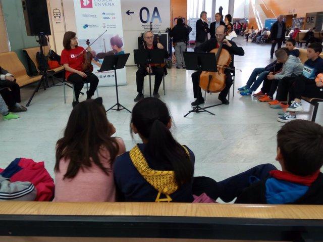 Músics de l'OSV toquen en directe al Taulí