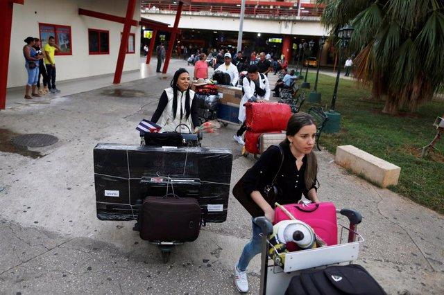 Médicos cubanos llegan a Cuba después de ser expulsados de Brasil