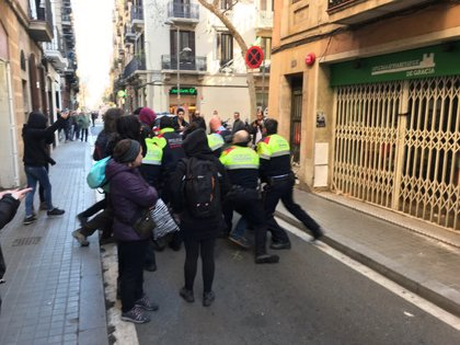 Desallotjats i identificats una vintena de manifestants en l'inici de les tasques d'enderroc de Ca la Trava