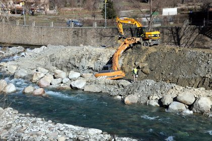 Les màquines preparen un cordó al riu Noguera Pallaresa per poder fer la pesca elèctrica i reprendre les obres
