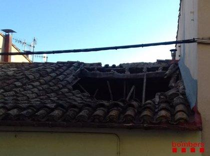 Un ferit lleu en esfondrar-se part de la teulada d'una casa a Tortellà