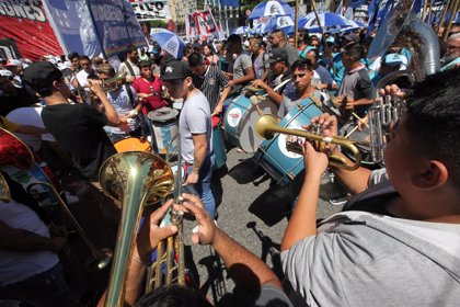 Decenas de miles de personas marchan contra los ajustes impulsados por el Gobierno de Argentina