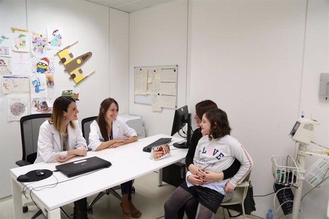 Las expertas Raquel Hladun y Gabriella Guillén con una paciente del programa Com