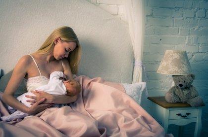 Menos bacterias orales y más patógenos con la lactancia con leche extraída de la madre en lugar de amamantar