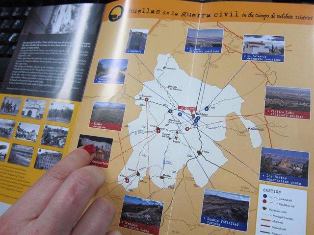 Una turista consulta el folleto sobre la ruta 'Huellas de la Guerra Civil' en la