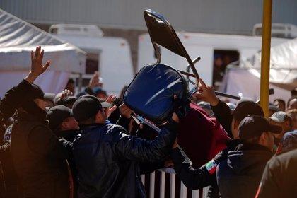 """Migrantes de un """"albergue"""" de México reclaman su libre salida del mismo y se enfrentan a la policía"""