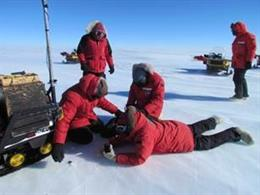 Treballs de recollida d'un exemplar de meteorit a l'Antrtida