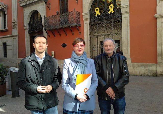 Al centre, la diputada de Cs a la Diputació de Lleida, Ángeles Ribes