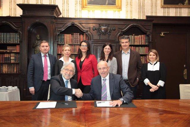 Josep Sánchez Llibre i Carlos Grau, després de signar l'acord aquest dijous