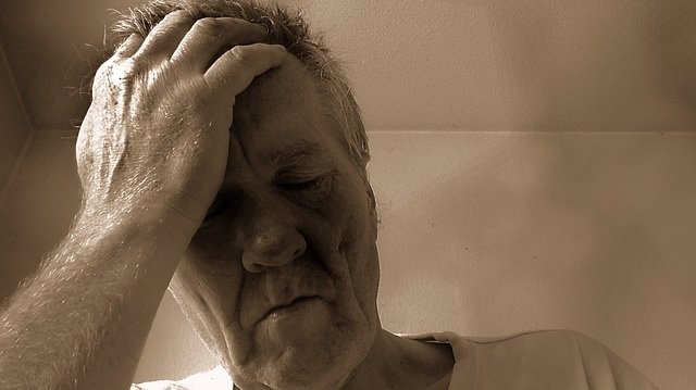 Hombre cansado, fatiga, depresión, dolor