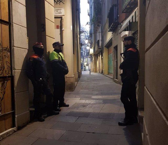 Mossos y Urbana registran tres pisos en el Gòtic (Barcelona) donde se vendía dro