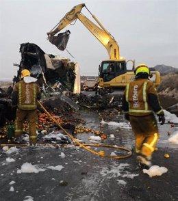 Efectivos del Consorcio provincial de Bomberos actúan en el accidente de Novelda