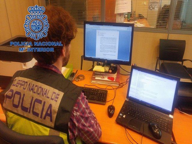 Agente de la Policía Nacional investigando