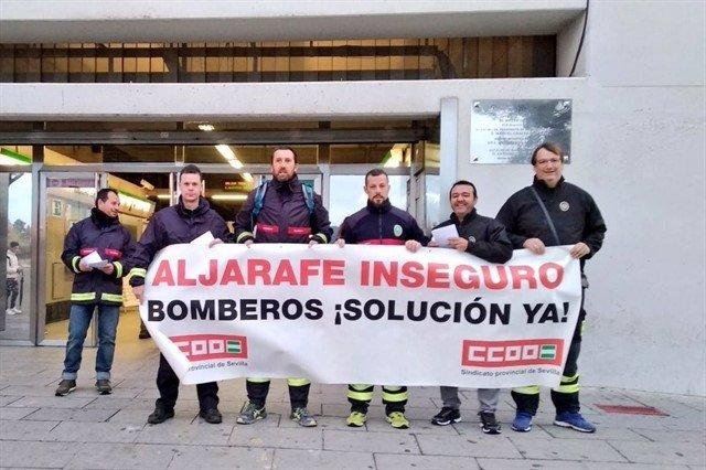 Protesta de los bomberos del Aljarafe ante el metro