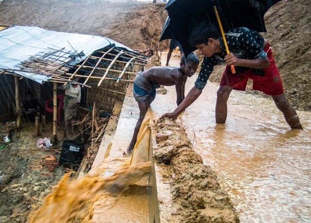 Campo de refugiados rohingya en Bangladesh inundado por el monzón