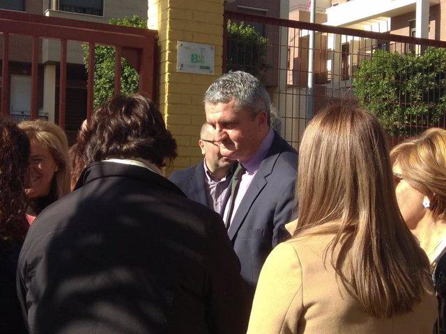 Juan de la Cruz Belmonte, en el centro, durante un acto hoy en Almería
