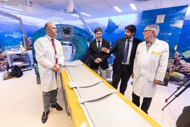El presidente Fernando López Miras visita el hospital infantil Virgen de la Arri