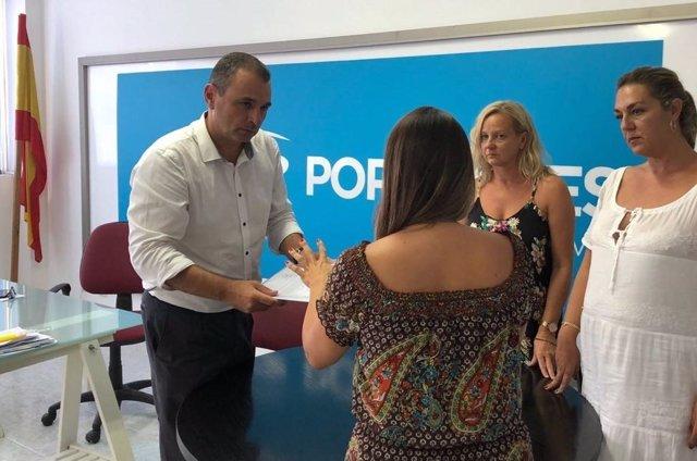 PP Calvià se reúne con la mujer que vive en la playa