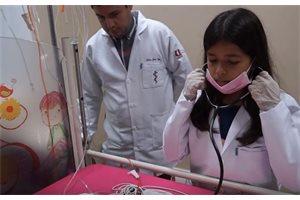 Una niña de 11 años empieza a estudiar Medicina en Ecuador
