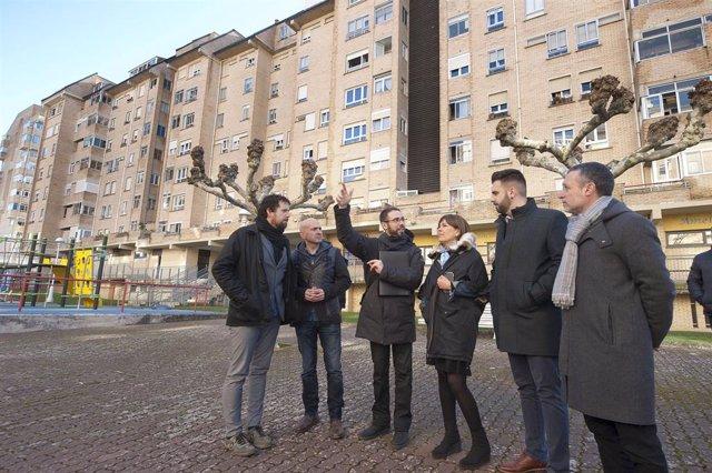 Barkos visita las primeras viviendas que serán rehabilitadas en Zizur Mayor