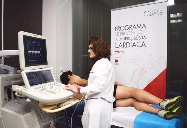 Revisión cardíaca a un adolescente en el marco del programa 'Cardiopredict', de