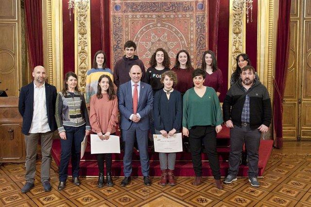Imagen de la ganadora y las personas finalistas.