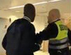 Renfe aparta un vigilant de seguretat acusat de racisme a l'estació de Sants (@ESRACISMOSOS)