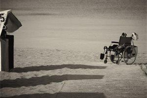 Una brasileña se queda en silla de ruedas por hacerse un piercing en la nariz