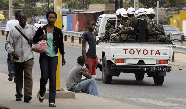 La policía mozambiqueña patrulla por las calles