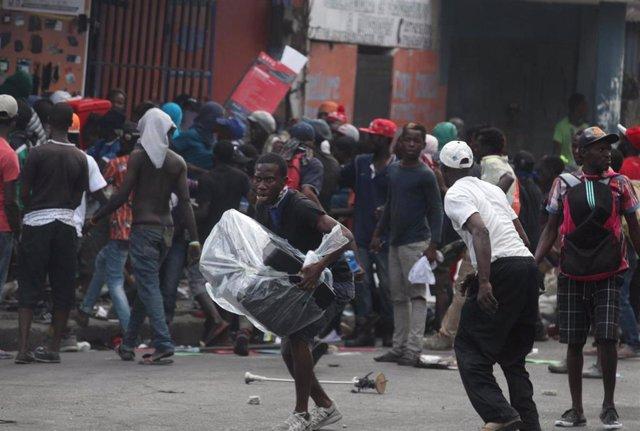 Saqueos durante las protestas contra el Gobierno en Puerto Príncipe