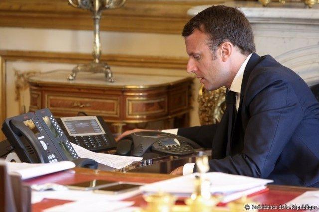 El presidente de Francia, Emmanuel Macron, hablando por teléfono en su despacho