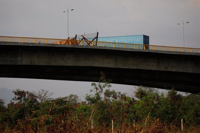 A fuel tank and a container are seen blocking the vehicular passage on the Venez