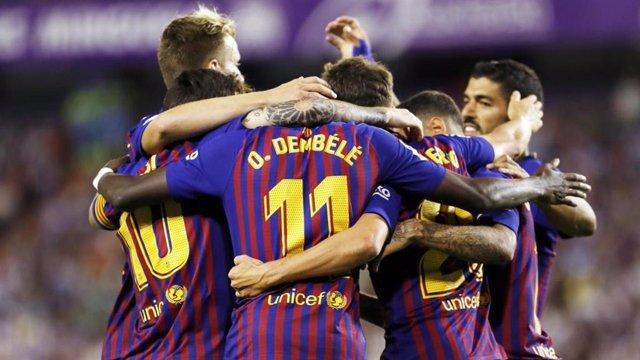Els futbolistes del Bara celebren un gol al Valladolid