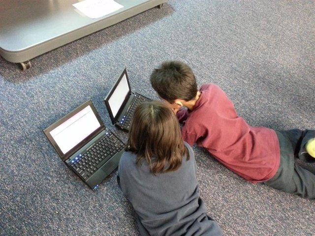 Niños menores ordenador Internet tecnología adicción