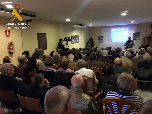 Charla con personas mayores sobre el 'Plan Mayor Seguridad'