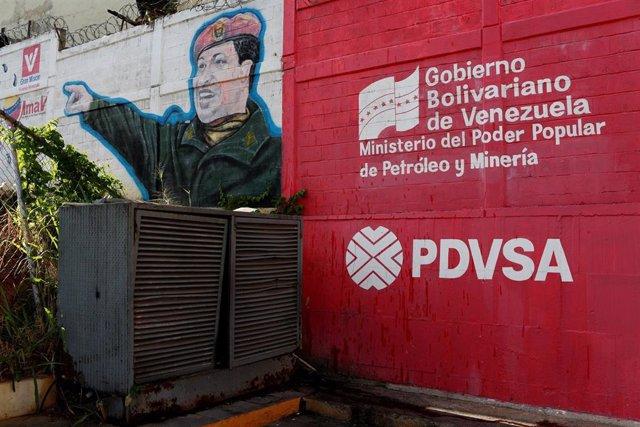 Logotipo de PDVSA junto a una imagen de Chávez