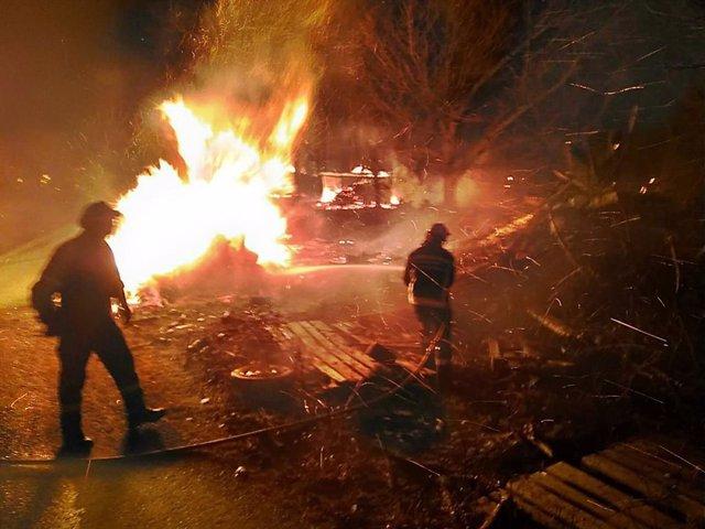 Bomberos trabajan para sofocar un incendio en Almandoz