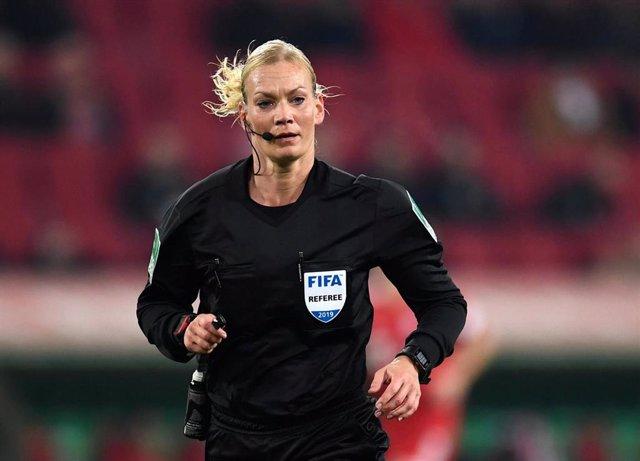 Árbitra alemana Bibiana Steinhaus durante el partido entre el Augsburgo y el Bay