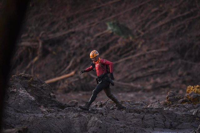 Bombero en las labores de limpieza tras la rotura de una presa en Brasil